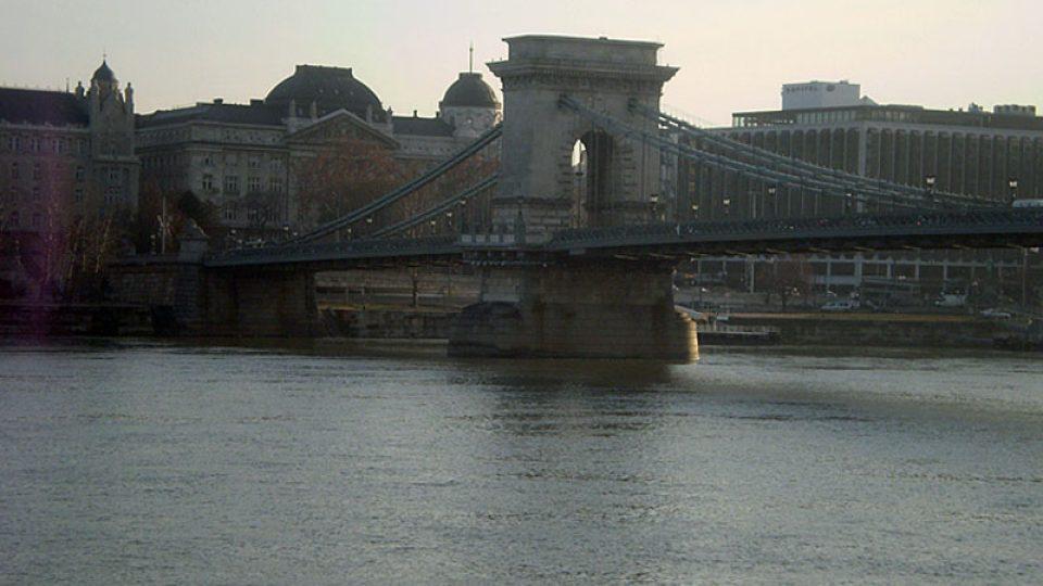 Břehy Dunaje spojuje Řetězový most