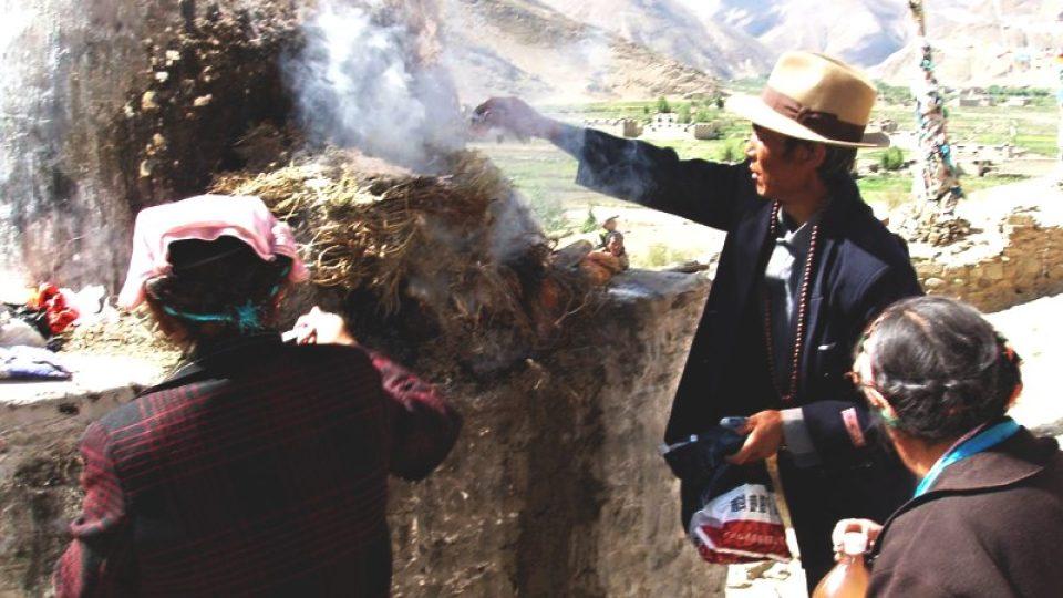 Tibeťané zapalují vonné dřevo