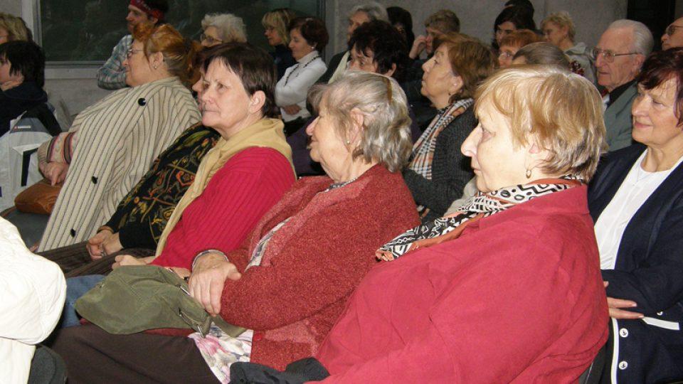 Diváci pozorně sledují rozhovor Vladimíra Kroce a Jaromíra Vejvody