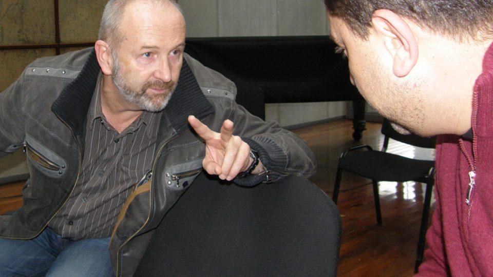 Během hudební pauzy se moderátor a jeho host tiše domlouvali