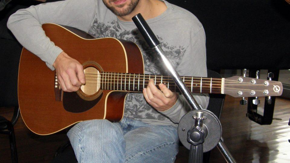 Olda Krejčoves ladil svůj nástroj