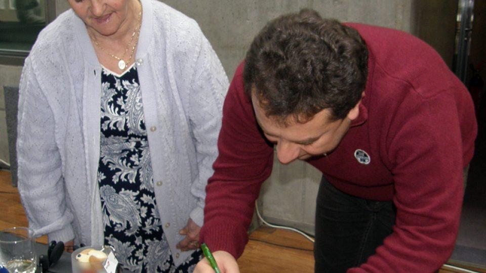 I moderátor Vladimír Kroc rozdával autogramy