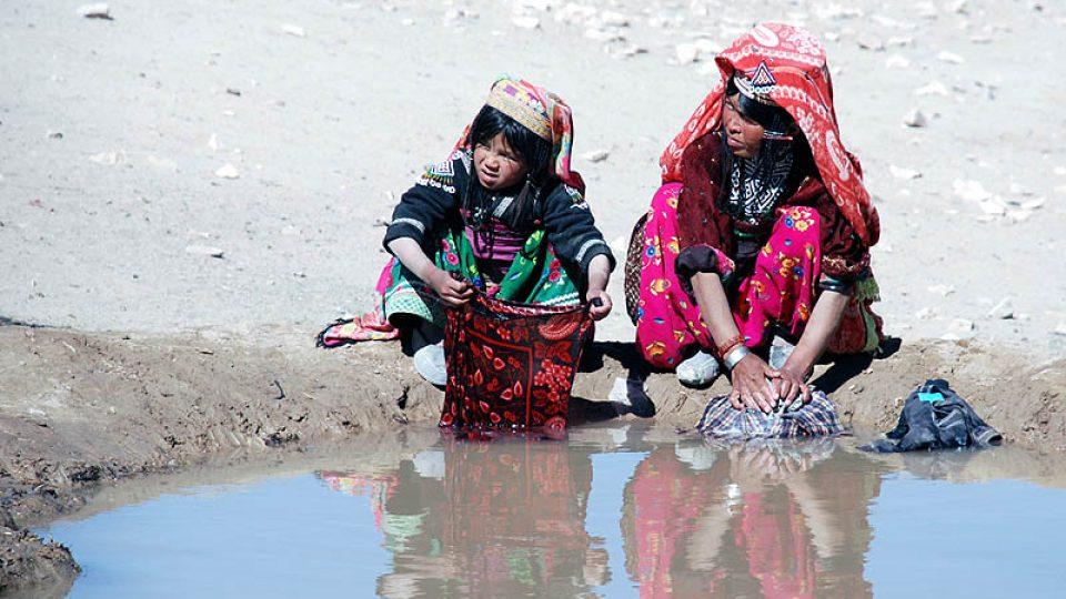 Dívky v afghánské vesnici Pista