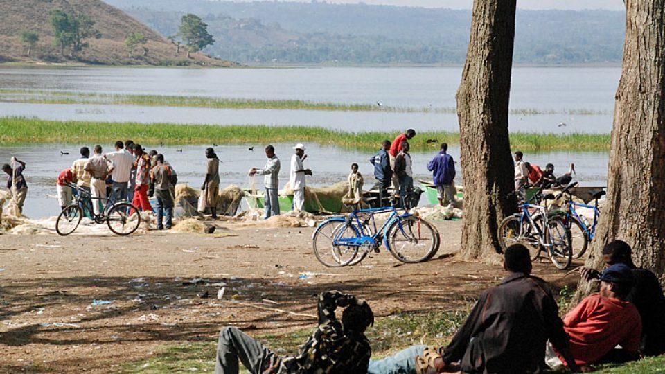Rybáři na nábřeží jezera Awasa