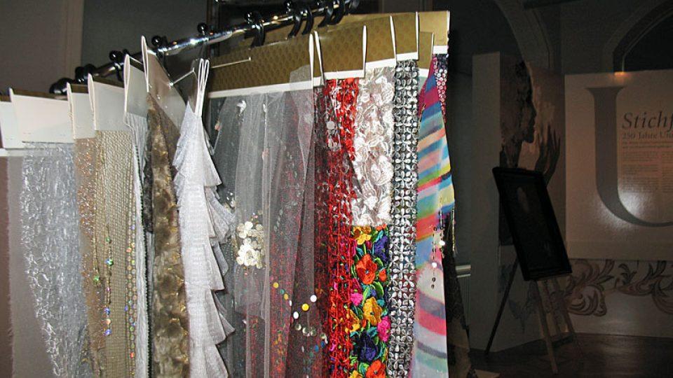 Vzorky látek v Muzeu textilu