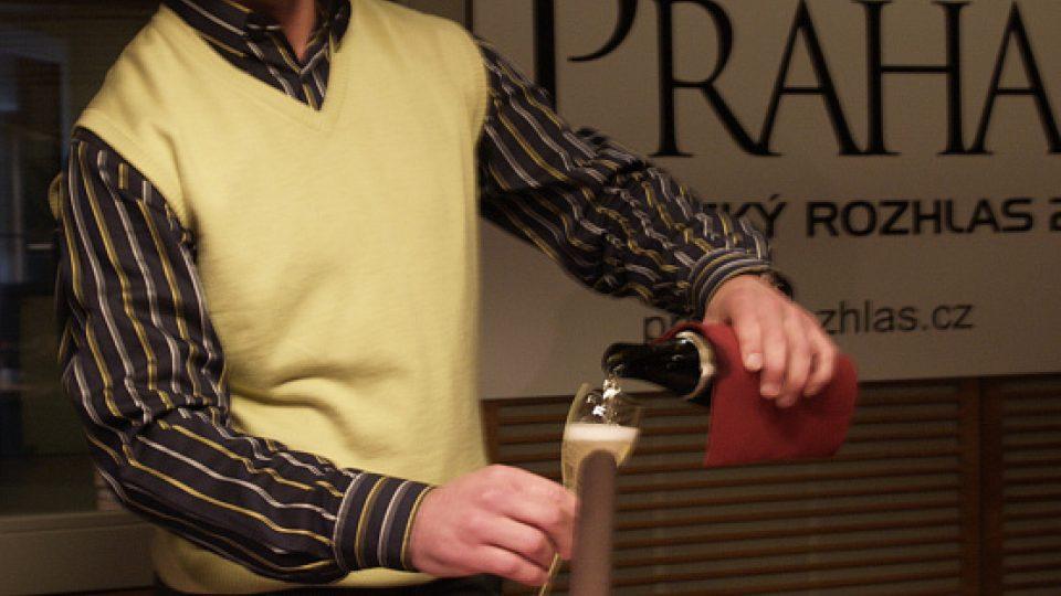 Milan Krejčí naléva z láhve kvalitního sektu