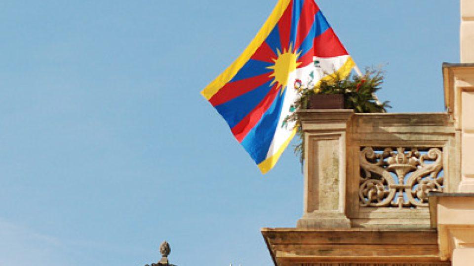Tibetská vlajka vlaje z pardubické radnice