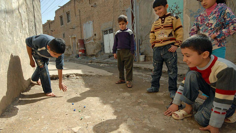 Kurdští kluci hrají i v dnešní době kuličky
