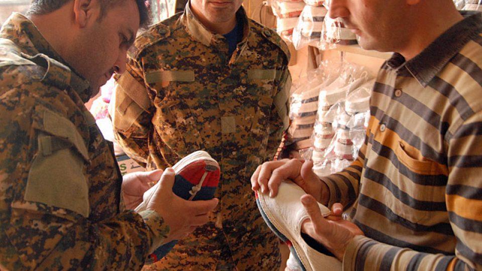 Kurdští vojáci na novoročním nákupu
