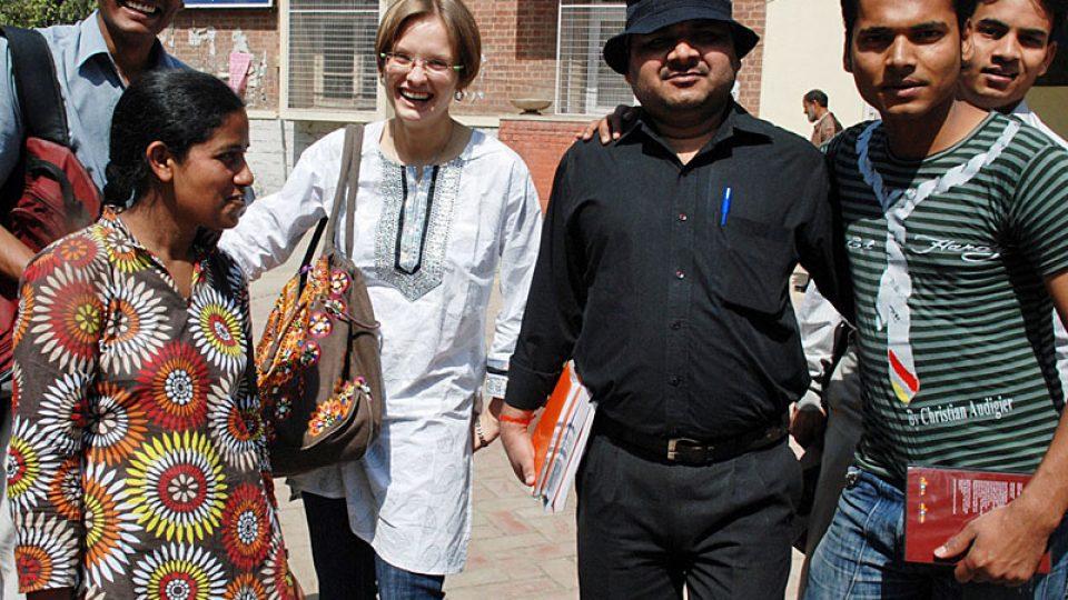 Studenti a jejich učitelka Nora