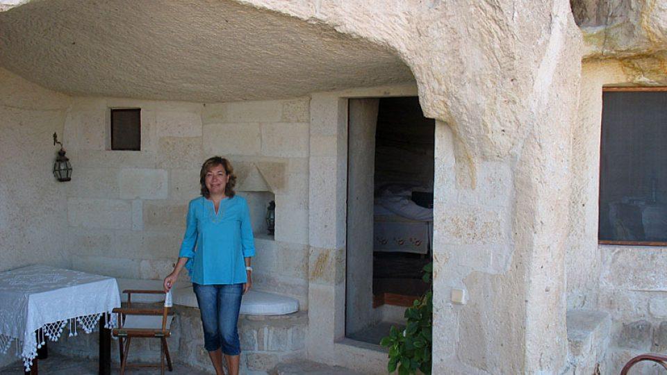 Klára Stejskalová u jeskynního hotelového pokoje