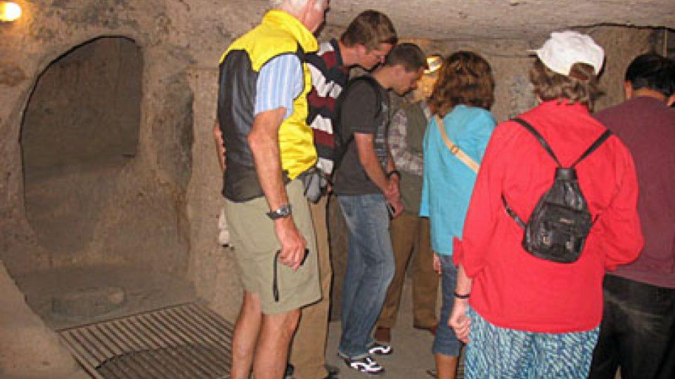 Turisté při prohlídce skalního města