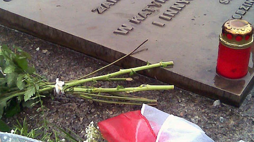 Květiny u památníku