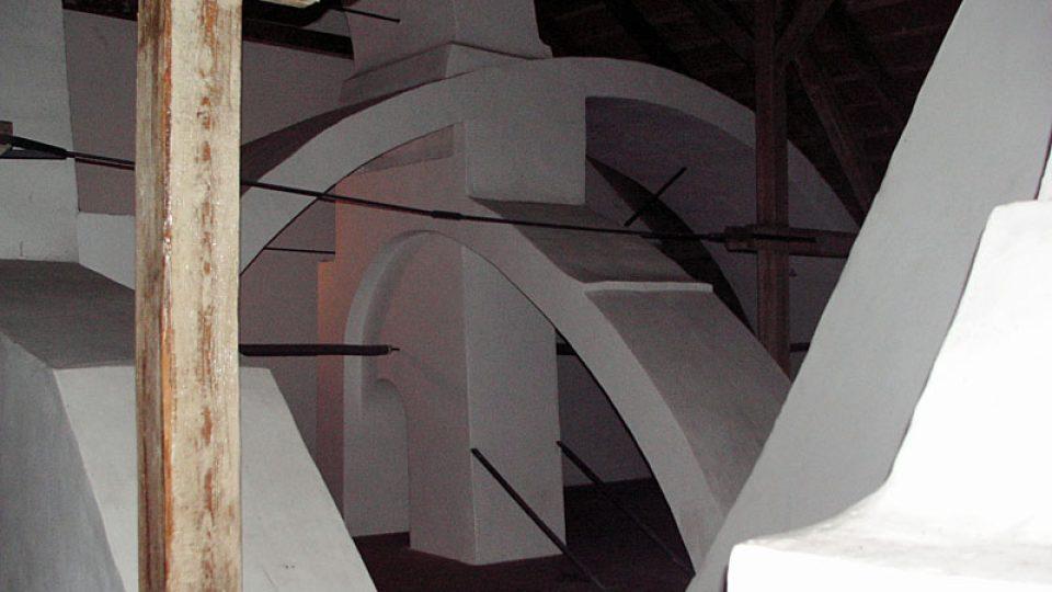 Komínový systém na půdě kunínského zámku