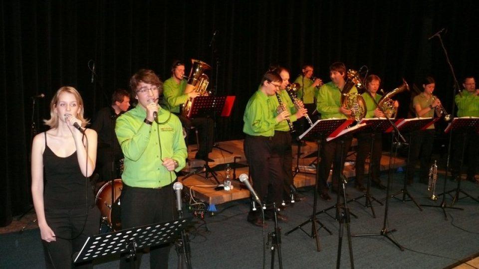 Program ve Studiovám sále zahájila dechová kapela Libkovanka přesně v 10 hodin, jak jsou posluchači z vysílání zvyklí