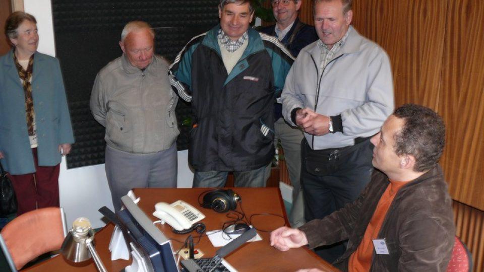 Martin Hlaváček seznamuje návštěvníky s prací moderátora v hlasatelně
