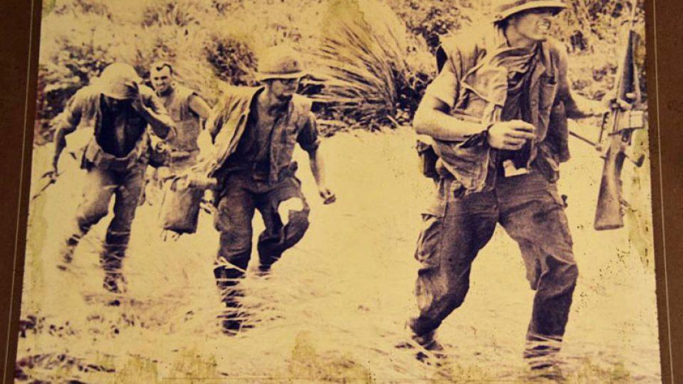 Vojáci prchající před vietnamskými gerilami