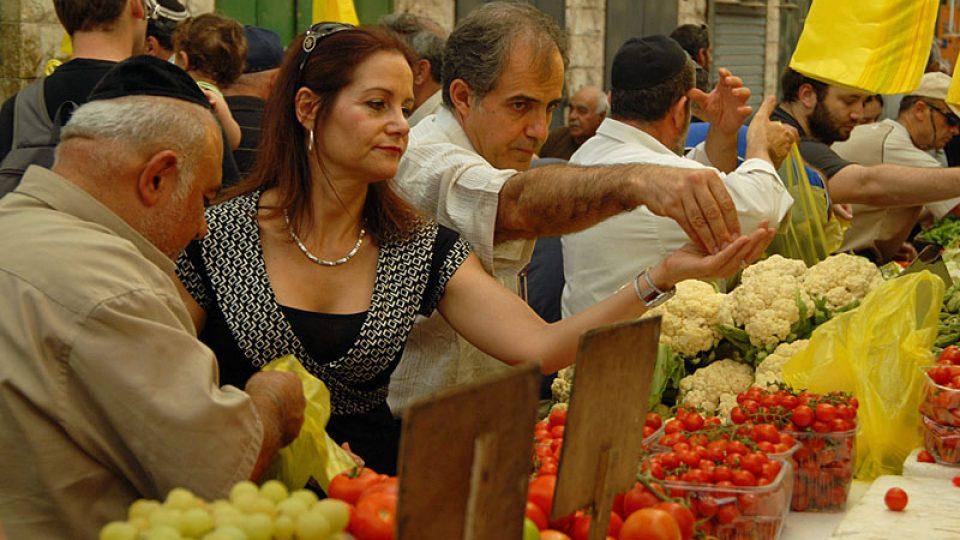 Někdo chodí na tržiště kvůli cenám