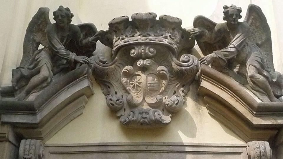 Alianční znak nad jedním ze vchodů