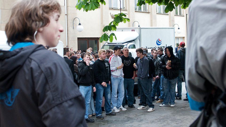 Ještě dříve, než stačil Český rozhlas zastavit v Ústí nad Labem, byla plocha před Národním domem již zaplněná. Mladí lidé vybavení bagetou a nápojem čekali na volební diskusi.