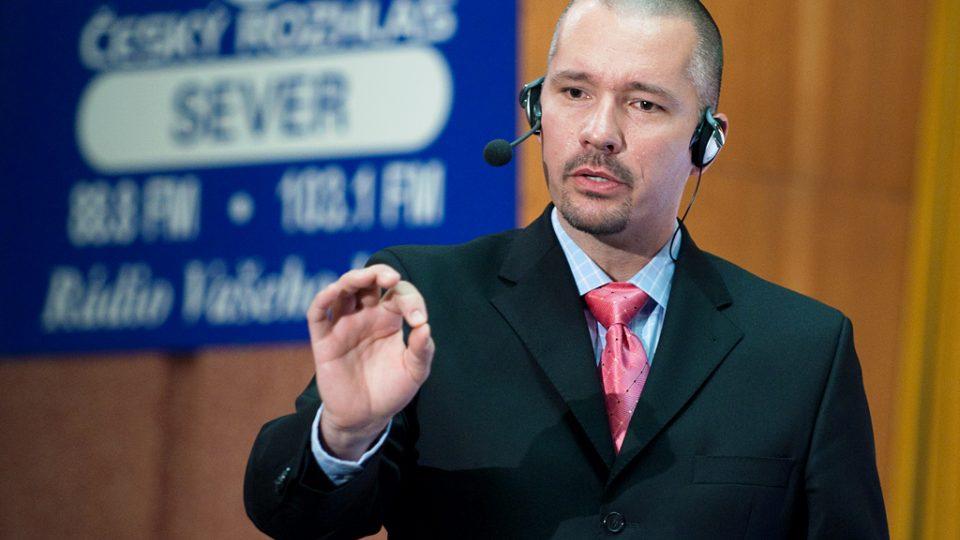 Moderátor volební diskuse Martin Veselovský žádá diváky o klid.
