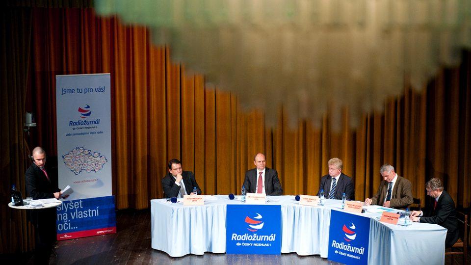 Volební diskuse s Martinem Veselovským (vlevo) může začít. V Ústí nad Labem se zúčastnili (zleva) : Jiří Paroubek (ČSSD), Petr Gandalovič (ODS), Josef Šenfeld (KSČM), Milan Šťovíček (Věci veřejné) a Jaromír Drábek (TOP 09).