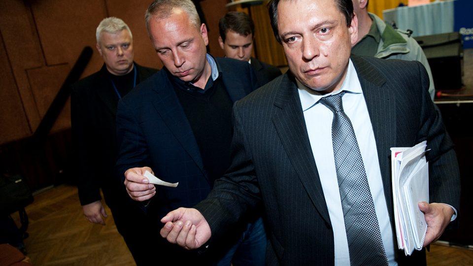 Jiří Paroubek odchází v těsném doprovodu Petra Bendy.