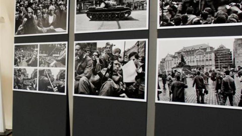 Pohled do výstavy Josefa Koudelky Invaze 68, Staroměstská radnice Praha, srpen 2008