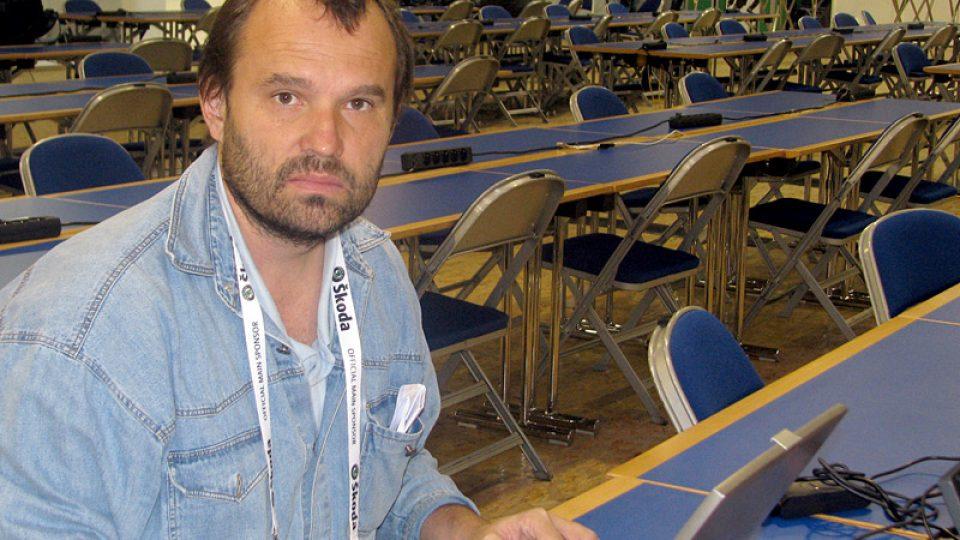 Reportér Kamil Jáša v tiskovém středisku