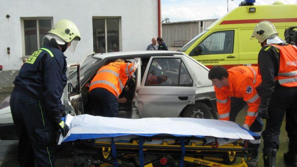 Součástí otevření nového stanoviště byla i ukázka vyproštění osob z havarovaného auta