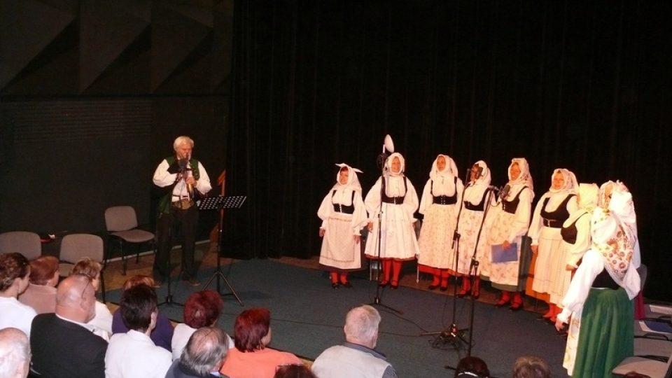 Folklorní soubor Úsvit představil jihočeské lidové svatební zvyky