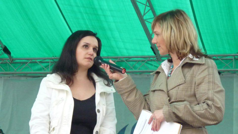 Náborářka dárců krve Natálie Kubíčková při rozhovoru s moderátorkou  koncertu Petrou Polzerovou