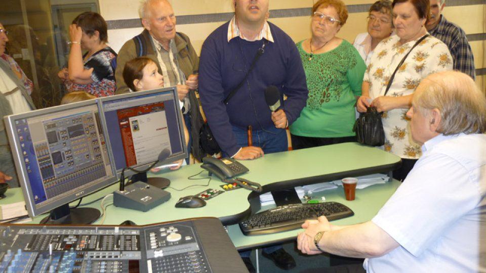 Ve studiu č. 6 návštěvníky informoval mistr zvuku Josef Daněk