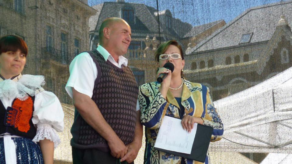 Program po celý den a živé vysílání moderovala Marcela Vandrová. Zde  se starostou Josefem Vavříkem z Blatnice pod Svatým Antonínkem. Tato obec  byla účastníkem seriálu Moravská rodina.