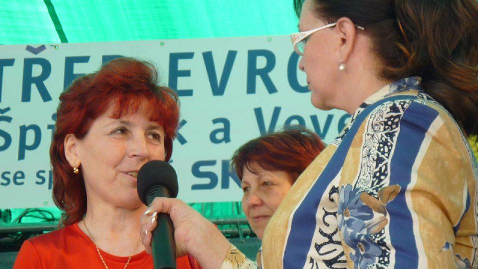 Marcela Vandrová se starostkou Dražovic Miluškou Svobodovou. Dražovice  jsou v seriálu Moravská rodina letos.