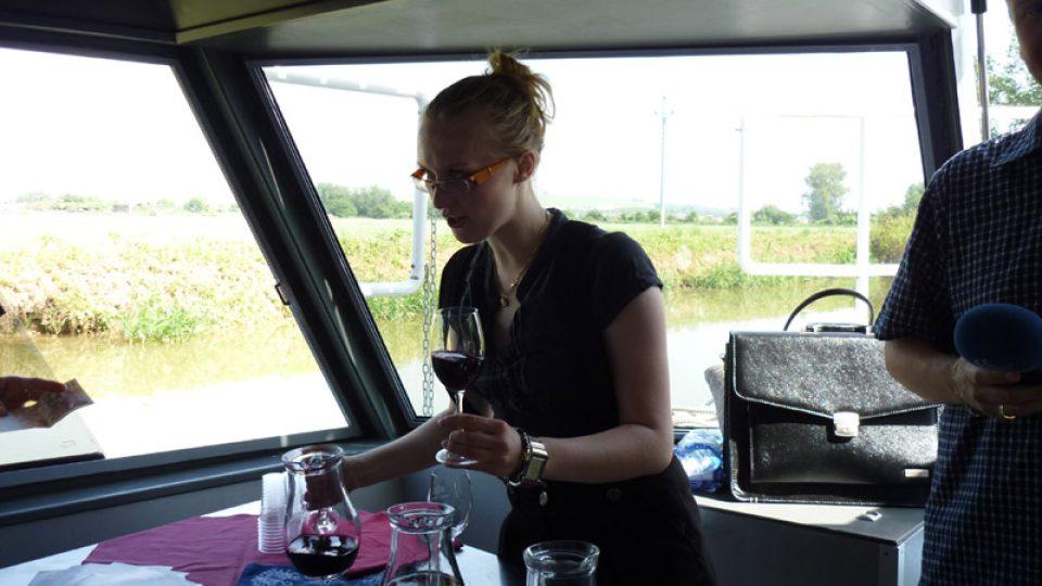 Ochutnali jsme báječné víno ze Zámeckých sklepů Strážnice, které nám  nalévala slečna Kyselková.