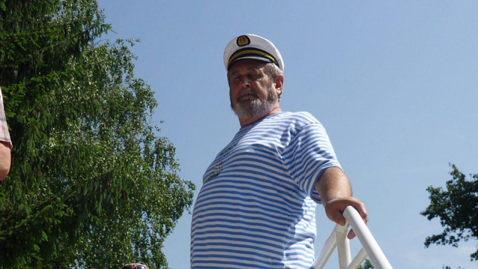 To není kapitán. To je jen stylově oblečený cestující a náš posluchač.