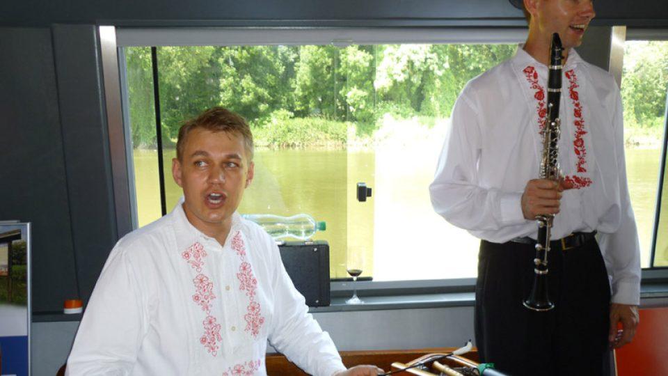 Na lodi jsem si zazpívali s cimbálovou muzikou Dolňáci.