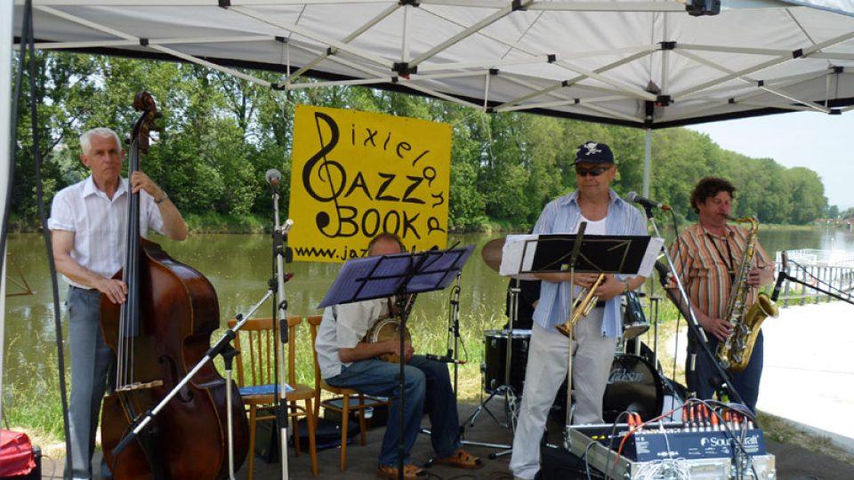 V přístavišti v Napajedlích nás přivítal svižný dixieland v podání  skupiny Jazz Book.