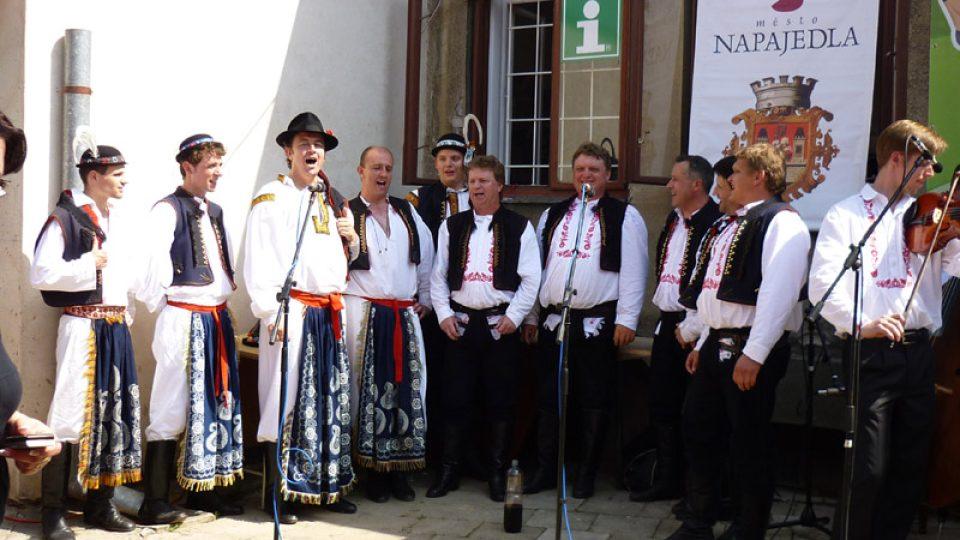 V přístavišti zazpíval soubor Radovan z Napajedel.