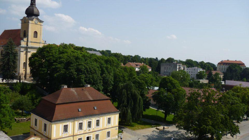 A pohled z věže novorenesanční radnice na Masarykovo náměstí.
