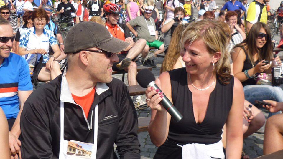 Petra Polzerová moderovala losování cen pro cyklisty, kteří se řádně  zaregistrovali a získali alespoň čtyři razítka. Právě zpovídá jednoho z  nich