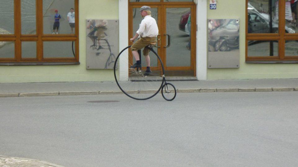 Předvedl se nám i cyklista na vysokém kole