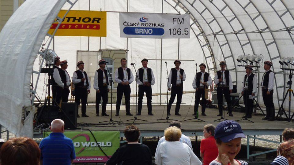 V cíli na Dukelském náměstí v Hustopečích zazpíval Svodničan - mužáci  z Bořetic