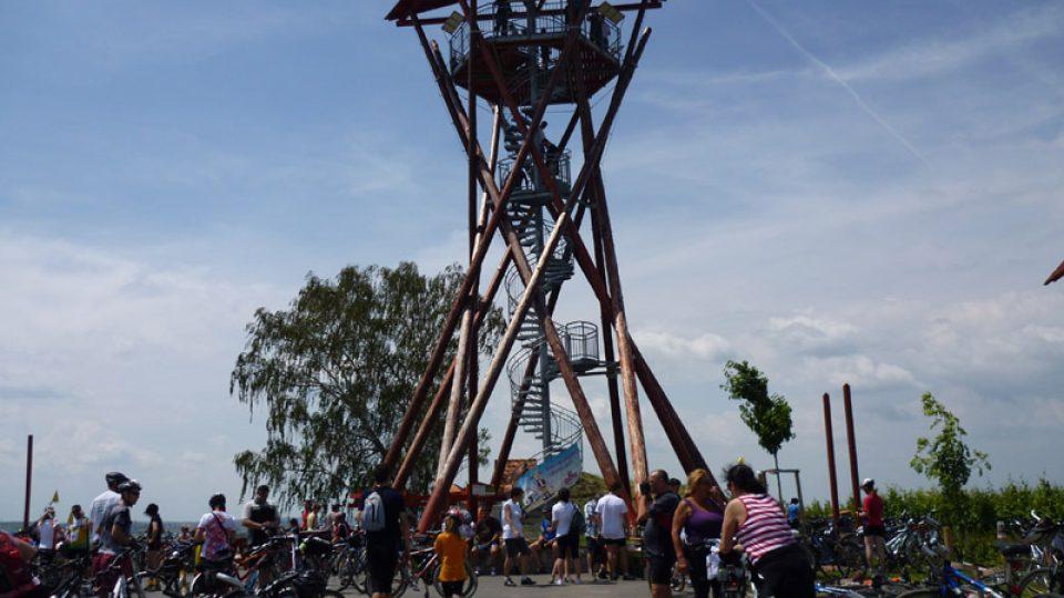 Rozhledna Slunečná nad Velkými Pavlovicemi. Měří 15 metrů