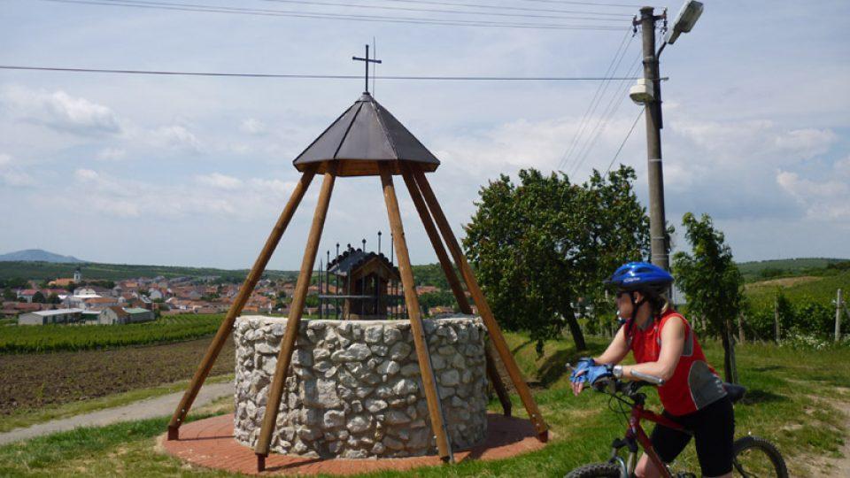 Cyklistka krátce odpočívá u kaple sv. Urbana na Velkými Pavlovicemi