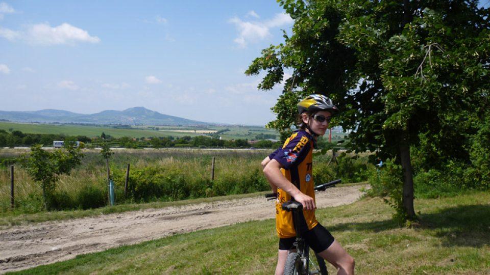 Mladý cyklista a v pozadí Pálavské kopce