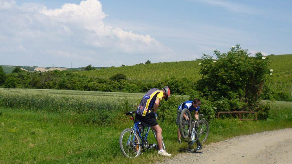 Cyklisty může potkat i malý defekt