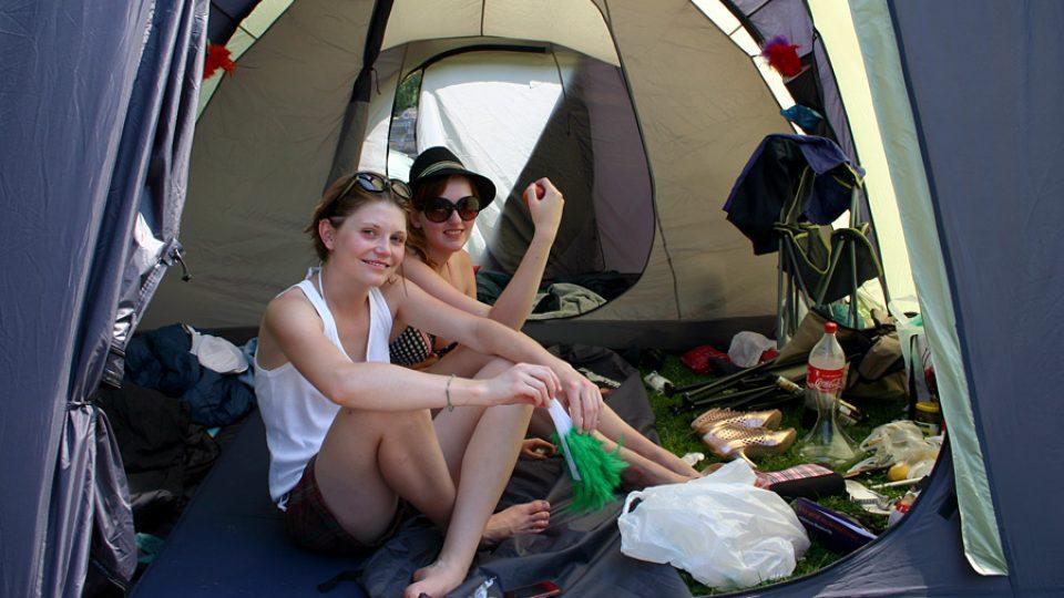 Dívky se ve stanu připravují na další den