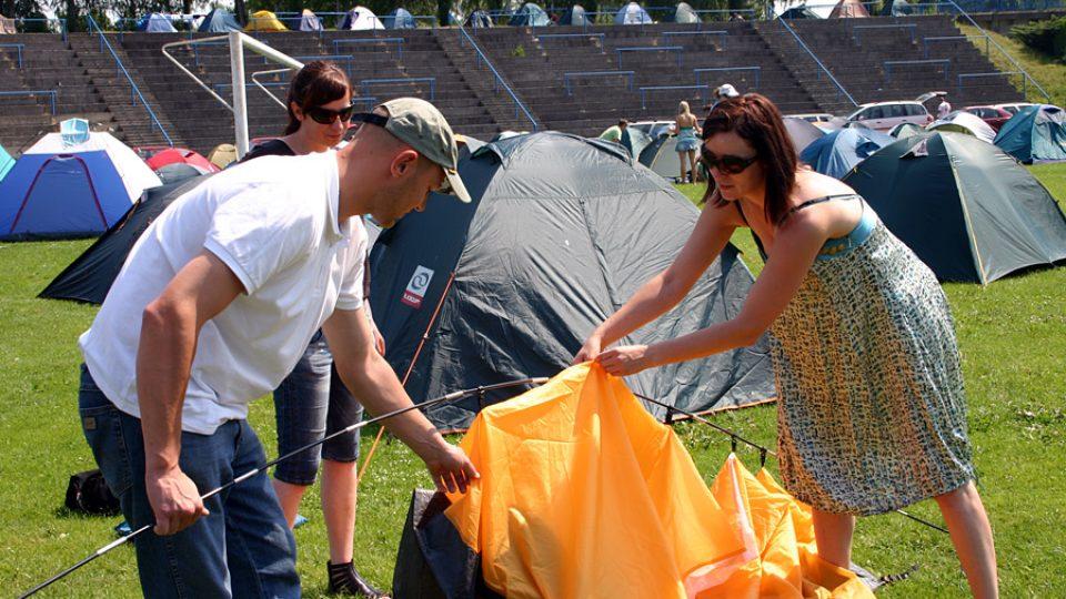 Návštěvníci festivalu si vztyčují stan